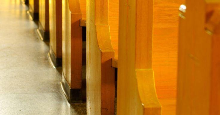 Como fazer arranjos de bancos de igreja. Os arranjos de nave ao lado dos bancos de igreja geralmente são buquês de flores adornados com materiais artesanais que se aderem ao tema do casamento. A decoração é posicionada ao lado de cada banco, ou em bancos alternados, perto da nave, onde a noiva fará o seu caminho até chegar ao altar. Às vezes, as decorações são removidas e utilizadas ...