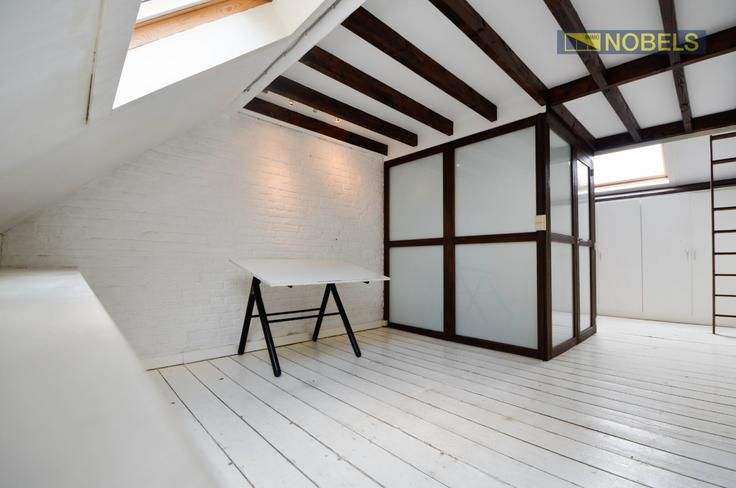 Te koop - Huis 3 slaapkamer(s)  - bewoonbare oppervlakte: 141 m2  - Topper in zijn prijsklasse! Deze in 2011 deels gerenoveerde woning heeft alles te bieden dat u zich maar kan wensen. Via de aparte inkomhal betreedt u  - bouwjaar: 1889-01-01 00:00:00.0 - dubbel glas 1 bad(en) -     - oppervlakte keuken: 12 m2