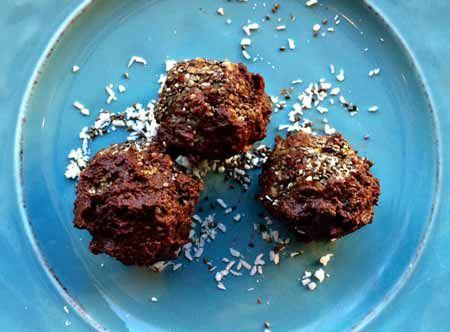 Sjokoladekuler med aprikos smaker godt og dekker søtbehovet til de fleste.  Er du på jakt etter noe som er sunt og godt, så er sjokoladekuler med aprikos en sikker vinner. Disse kulene lager du på veldig kort tid, og de kan spises omtrent med en gang du har laget de. Form de til kuler, sett de i... -  https://renerehelse.no/sjokoladekuler-med-aprikos/