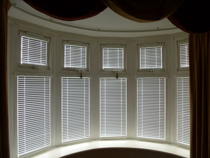Intu venetian blinds working with this band bay window for Coverings for bay windows