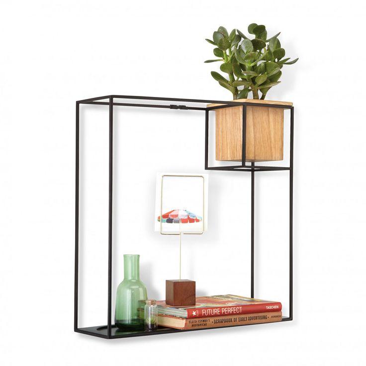 Umbra liet zich inspireren door kunstenaar Piet Mondriaan bij het ontwerpen van dit minimalistisch maar zeer handig rekje.Frame in powder coated metaalAfneembaar houten potjeKan zowel aan de muur hangen als op een tafel of toonbank gezet worden