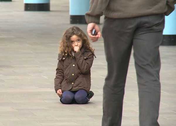 EPIRUS TV NEWS: Πείραμα: Πόσοι αδιαφορούν στη θέα ενός χαμένου παι...