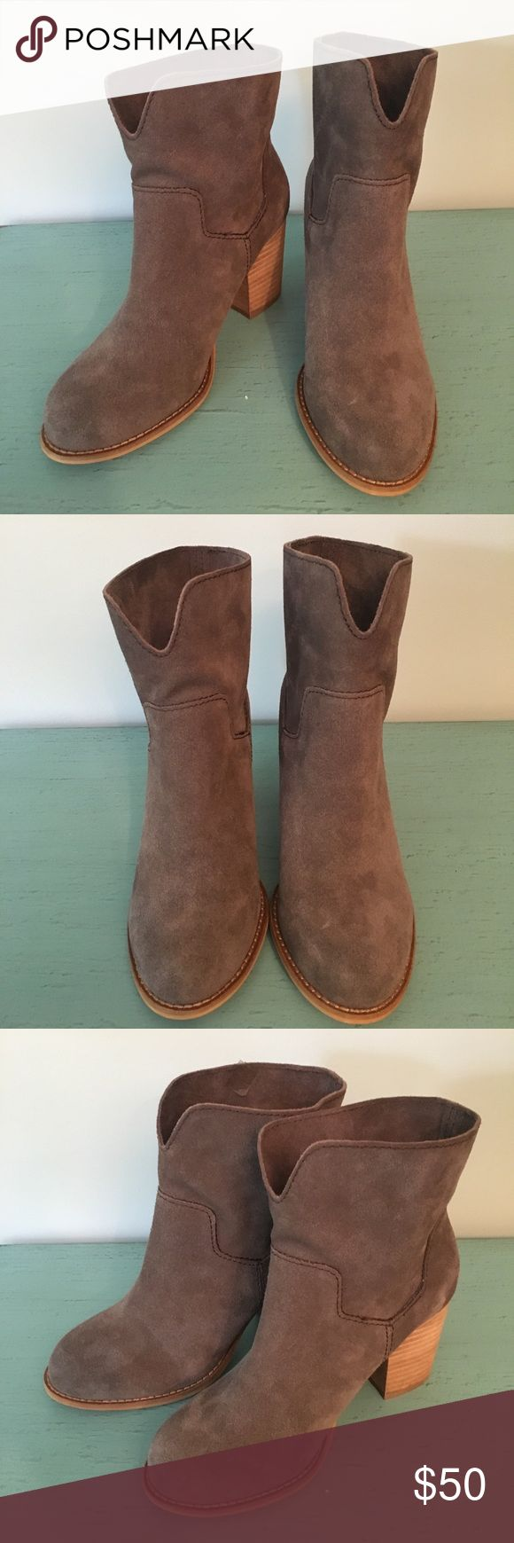 """Splendid Suede Booties EUC! Suede booties are the perfect shoe for a cool spring night. 3"""" block heel. Mushroom color. So comfortable!! Splendid Shoes Ankle Boots & Booties"""