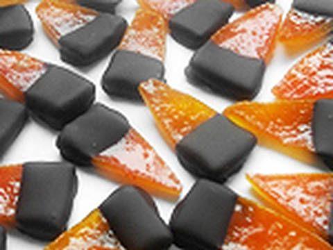 Mennyei Kandírozott narancshéj recept! Karácsonykor gyakran készítünk kandírozott gyümölcsöket, lekvárokat. Az egyik leggyakrabban készített ilyen édesség a kandírozott narancshéj csokoládéban kimártva. Igazi finomság a téli estékre! Édes, és kellemes. Hosszan eláll, akár előre betárazhatunk belőle, de más süteményekbe aprítva, darálva is jól felhasználható.