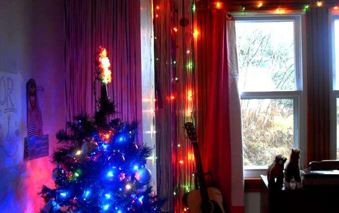 Как украсить дом на новый год 2017! 🎄☝  Подготовка к новому году способна всем поднять настроение.  Чтобы создать приятную и радостную атмосферу в доме, необязательно финансово разоряться.   Достаточно проявить оригинальность и украсить комнату на новый год 2017 красиво и своими руками.   Тогда даже случайные гости будут уверены, что попали в сказку. Год Огненного Петуха подразумевает, что в праздничном интерьере будут преобладать насыщенные и яркие оттенки.   Рекомендации по украшению…
