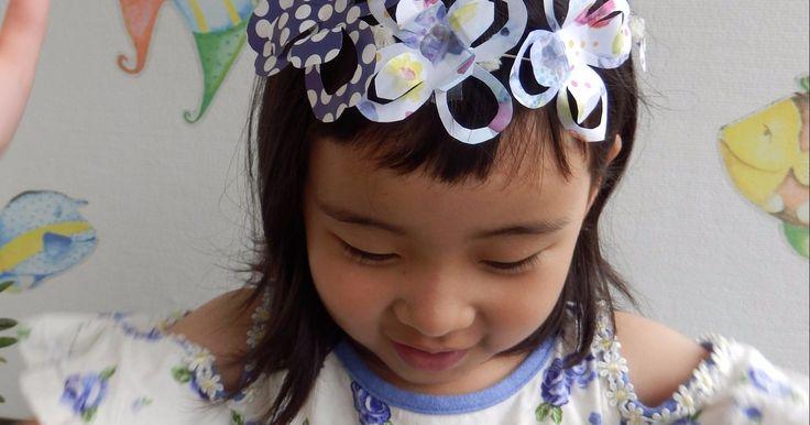 ディズニー映画「モアナと伝説の海」のモアナに憧れて♡ モアナも着けていた花かんむりを作ってみました。 折り紙を四つ折りにして、数カ所切るだけ! 簡単な切り紙で立体的なお花飾りが出来ちゃいます♪