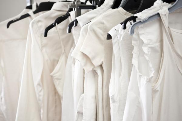 Como eliminar manchas amarelas da roupa branca. As peças brancas estão sempre na moda, mas também é verdade que se sujam com mais facilidade e o aparecimento de manchas nelas é mais frequente. O suor ou o atrito da pele podem provocar manchas difíc...