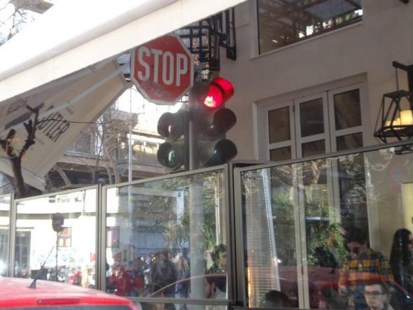 Έκλεισαν φωτεινό σηματοδότη σε τζαμαρία... καφετέριας – Photo – Video