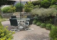 ➥ So plant und legt man Terrassen an, richtet sie mit Markisen, Sichtschutz, Möbeln und Kübelpflanzen wohnlich ein und fügt sie mit geeigneten Belägen ins...