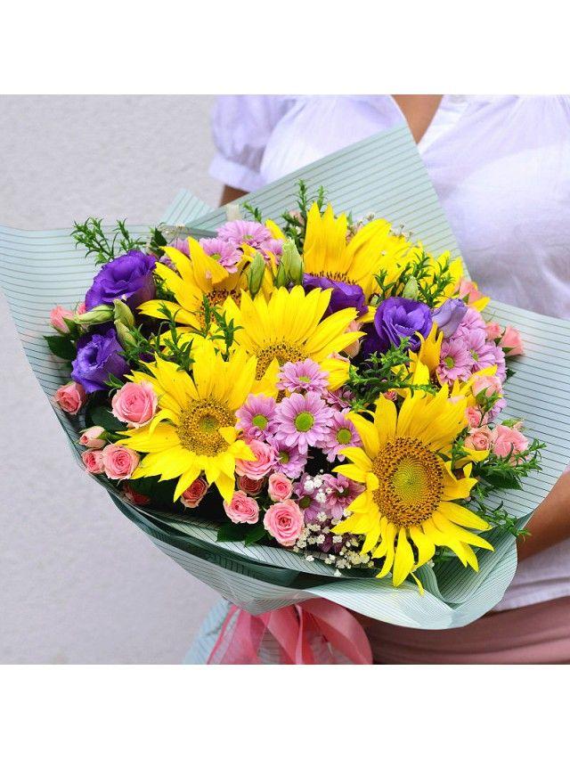 Летний букет из подсолнухов, хризантем, кустовой розы, эустомы