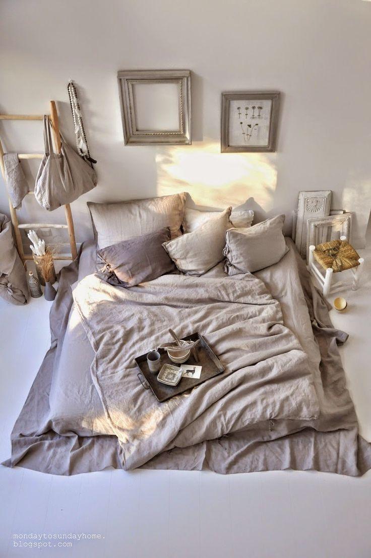 Matratze auf dem Boden! Ohne Bettgestell hat man gleich viel mehr Platz und es sieht viel gemütlicher aus! (Eine große statt 2 Einzelne Matratzen)
