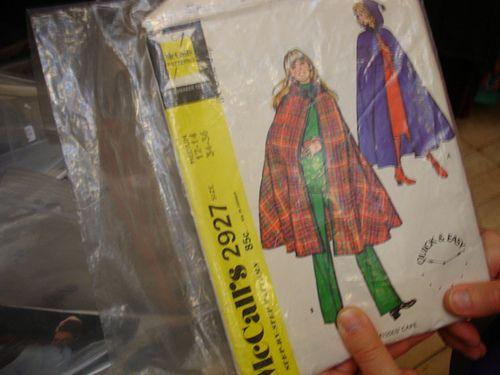 DSC09726 - Os desenhos da capa correspondem aos moldes que vêm dentro. As marcas mais famosas, justamente por terem ilustras bonitas, são Simplicity , MacCalls e Vogue Originals. Os kits dos anos 50/60/70 tem ilustras que me lembram as bonecas de da Doris Day, Holly Golighty e Panteras !