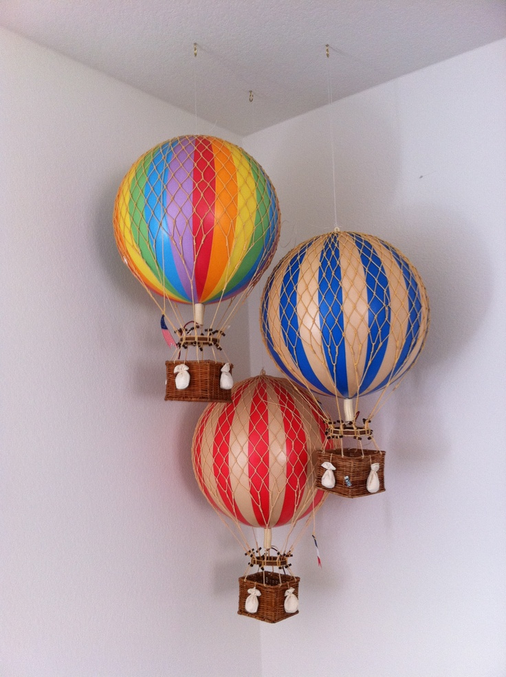 Hot air balloons in the corner baby bedding pinterest for Bed decoration with balloons