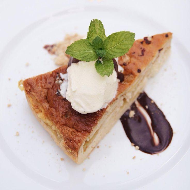Apple Pie with Vanilla Ice Cream and Chocolate Sauce #tartedemaçã #quenteefrio #applepie #chocolatesauce #dessert #sobremesa #finedining #russiancuisine #chaminerussa #oliveiradohospital #coimbra #visitportugal