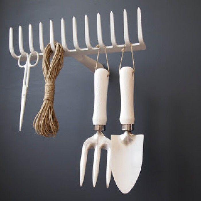 Mijn vergaarbak van leuke ideeën die ik wil toepassen in mijn huis. - Oude witgespoten tuinhark als kapstok.