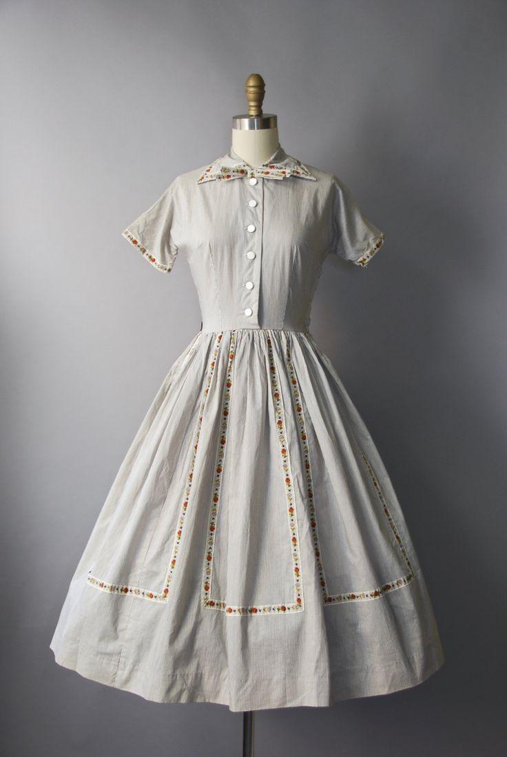 Gewoon prachtig jaren 1950 zwart-wit gestreepte katoen shirtwaist jurk met taille gesmoord, zeer volledige rok, korte mouwen dolman, knoppen op het lijfje, scherpe wees afslaan kraag met decoratieve stropdas boog, toegewijde floral trim langs het lijfje en op en neer de voorkant van de rok en verborgen kant rits. Bekleed.  voorwaarde: uitstekend, vers schoongemaakte en klaar om te dragen Label: Junior Elegance materiaal: katoen  ---✄---Metingen---✄--- Bust: 33-34 in Taille: 24 in schouder…