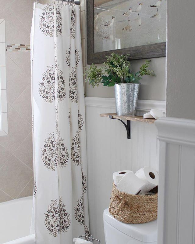 Bathroom Design Trend Neutral Colors: 浴室のペイント色、羽目板張りのバスルーム、ランドリールームの色