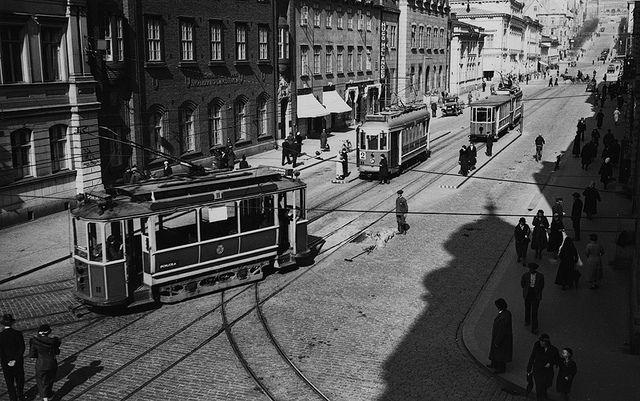 Raitiovaunuja Aurakadun vaihtoasemalla Linnankadun risteyksen tuntumassa 1930-luvulla. Turun Museokeskus