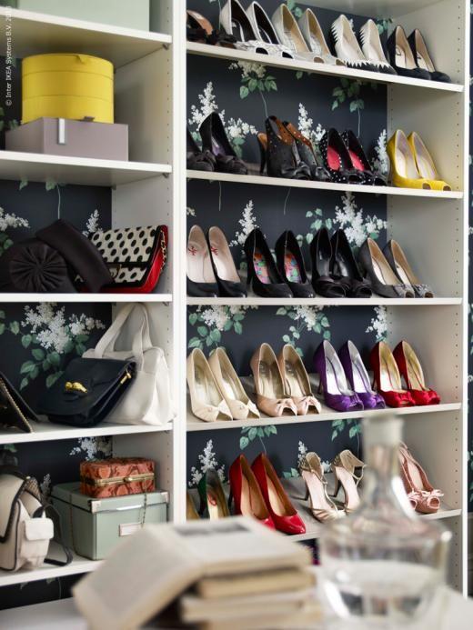 Klä bakstycket i tapet eller tyg! PAX garderober med 35 cm djup som öppen förvaring för skor och accessoarer.