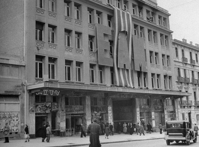 Στην δεκαετία του 40 τα ολοκαίνουργα γραφεία της Εθνικής Ασφαλιστικής επιτάχθηκαν πέντε φορές από Έλληνες και ξένους. Η οδός Κοραή για μία δεκαετία ήταν η Βουλή και το παλάτι μαζί.