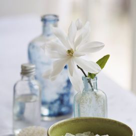 Come pulire le bottiglie di vetro: sale   Donna Moderna