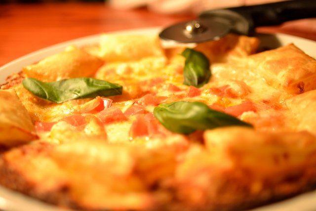 1月14日の得する人損する人では15分で簡単に出来る本格窯焼き風パリパリスピードピザのレシピが放送されました! 番組に登場したおいしいレシピをご紹介します♪  15分で!本格窯焼き風パリパリスピードピザ 材料 強力粉 75g ぬるま湯 40㏄ 塩 ひとつまみ 砂糖 5g オリーブオイル 5g ドライイースト 1.5g ★ぬるま湯にするのがポイントです! 具材はコンビニで手に入るものですべて賄うことが出来ます♪ <具材> ケチャップ とろけるチーズ(スライス) さけるチーズ(さいて細切りにする) プロセスチーズ(角切りにする) キャンディチーズ(半分に切る) ハム カマンベールチーズ ★色々なチーズをのせることで味に奥行が出る♪ オリーブオイル 適量 作り方 1、ボウルに具材以外の材料をすべて入れ、30度前後のぬるま湯を少しずつゆっくり加え混ぜる。 ★30度前後のぬるま湯は50㏄の水を600Wの電子レンジで10秒加熱すると出来る! ★ぬるま湯を使うことで入れている途中からイースト菌が発酵を始める。 2、生地を引っ張ったり中に折りこんだりしてこねる。 2分ほどこね、生地が完成!…