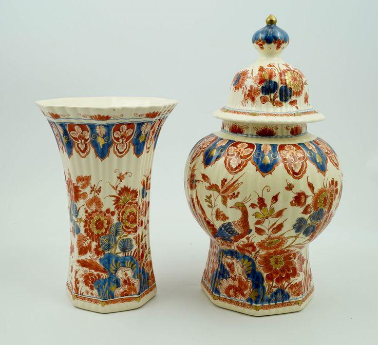 Twee diverse polychroom gedecoreerde aardewerk vazen, decor Pijnacker, de Porceleyne Fles, Delft