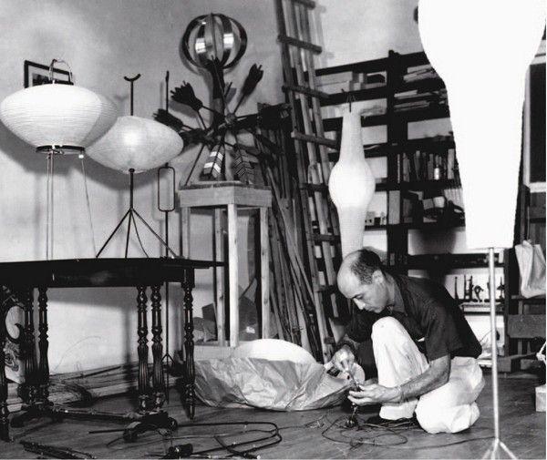 Исаму Ногучи разрабатывал коллекцию Akari много лет: всего им было создано более ста подвесных, настольных и напольных светильников диаметром от 24 до 290 ...