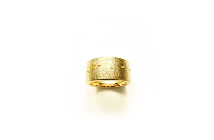 """Kay Eppi Nölke - """"Morse ring"""" 2007. 750 gold, W 1,02 cm. Ca. 1787–2287 €."""