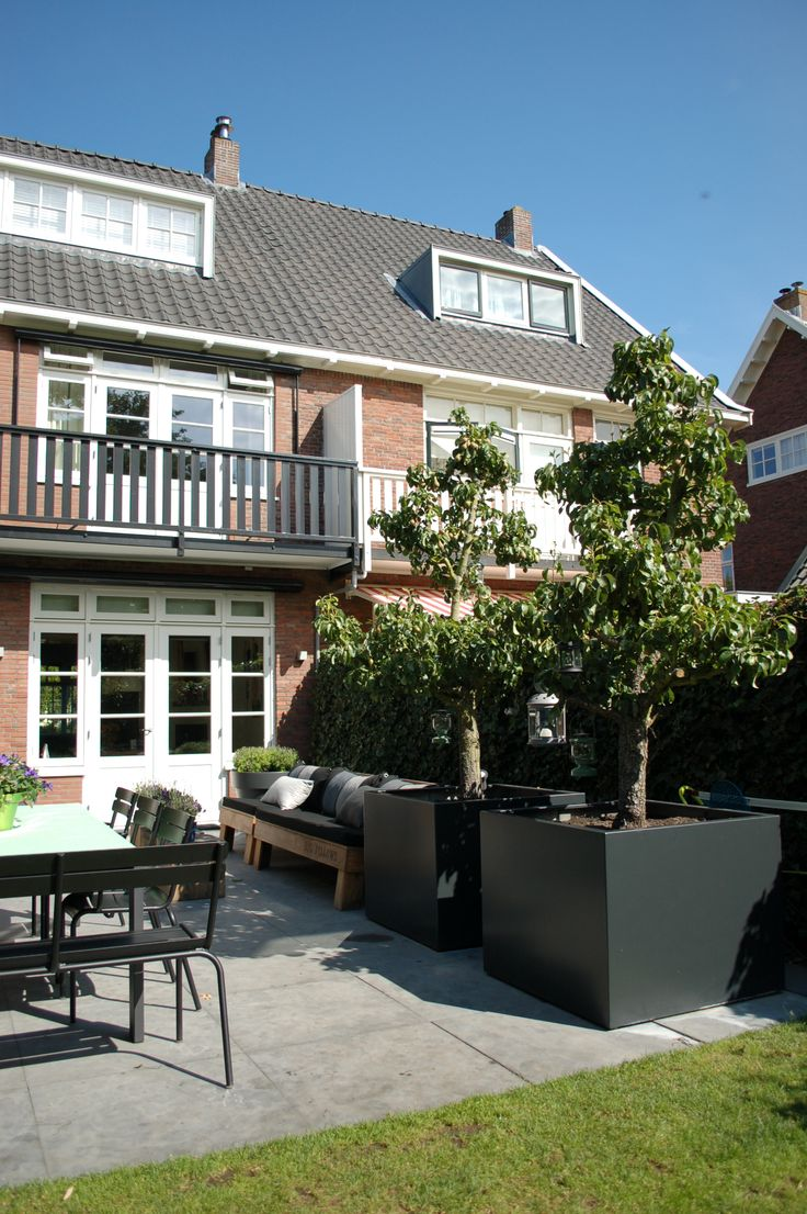 Grote bakken in antraciet met perenbomen in het voorjaar erg mooi als de bomen in bloei staan www.biesot.nl