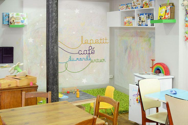 Le petit café du monde entier 95 rue du Chemin Vert PARIS 11ème de 10h à 18h30 du mardi au samedi. s'adresse aux parents, accompagnés ou non de leurs enfants. aliments sains et bio. coin des enfants, où ils peuvent s'amuser, colorier, bouquiner, coin des parents, qui ont l'occasion de boire leur café tranquillement. accès WiFi          Des ateliers sont proposés régulièrement, aux enfants bien sûr avec par exemple de la relaxation, ou de l'éveil aux langues étrangères, mais aussi aux…
