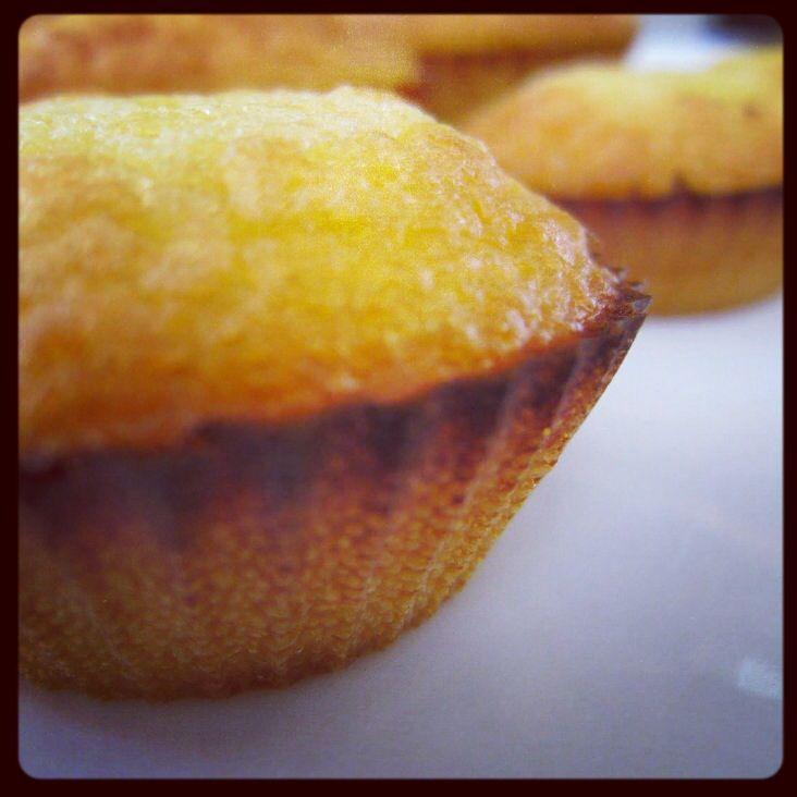 Ahornsiroop muffins. Meng 3 eieren, 3el ahornsiroop, 2el kokosolie, 2el kokosmelk, 1/4tl zout, 1/4tl bakingsoda 35g kokosmeel, een handje pecannoten (optioneel) en een handje rozijnen (optioneel). Doe het mengsel in de vormpjes (6) en bak in 15 min op 200 graden gaar en goudbruin.