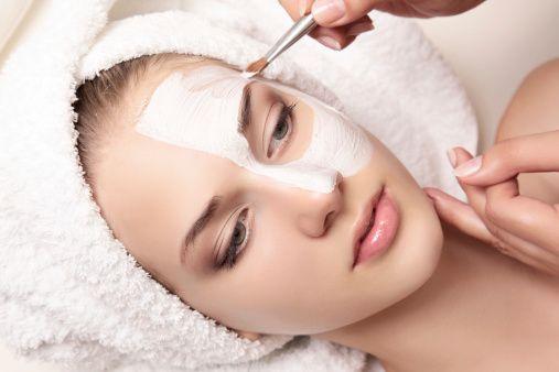 Обязательно пользуйтесь масками для лица. Натуральные и косметические – они помогают сохранить кожу здоровой и молодой, гладкой и мягкой, без пятен и угрей. Какую маску для лица выбрать и как правильно ее применять?