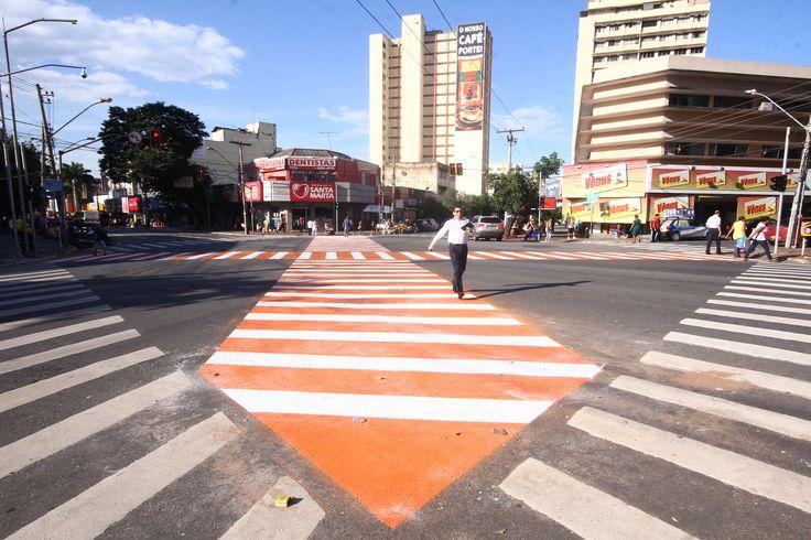 Faixa de pedestre transversal é implantada no centro de Goiânia +http://brml.co/1DPlZLt