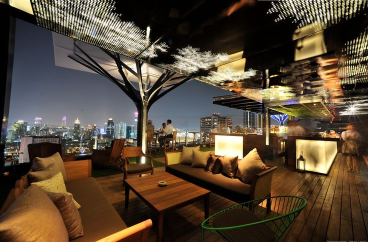 Bangkok-Above Eleven | Rooftop Bar. een van de mooiste rooftop bars uit Bangkok! Vanaf de 33ste verdieping van de Fraser suites heb je een prachtig uitzicht over de skyline van Bangkok. De keuken van het restaurant is een zeer interessante mix tussen Peruaanse en Japanse gerechten, een echte aanrader dus!