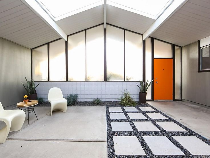 Many have come to see the inclusion of an atrium as a defining factor of Eichler–designed homes. Like many modern homes built in Southern California during this era, this space helped blur the lines between inside and out.