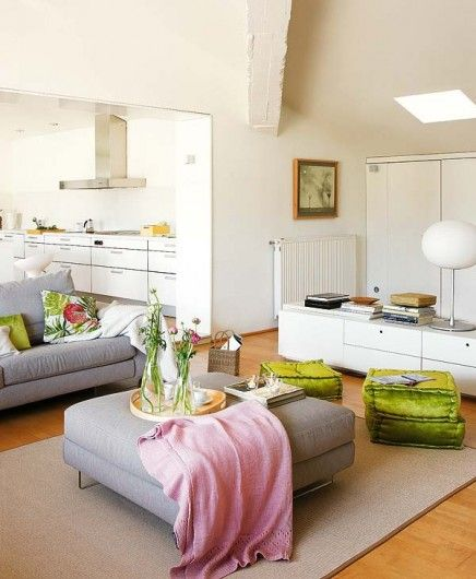 Woonkamer: wit met grijze, roze en groene kleuraccenten | Inrichting-huis.com