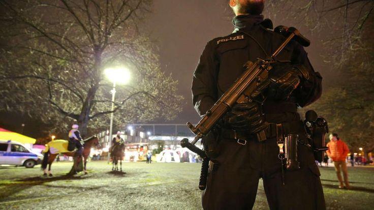 Verdächtige Person vor dem Stadion: Polizei sagt Länderspiel Deutschland - Holland ab - Offizieller Tweet der Polizei Niedersachsen http://www.bild.de/sport/fussball/nationalmannschaft/live-ticker-deutschland-holland-england-frankreich-43432600.bild.html