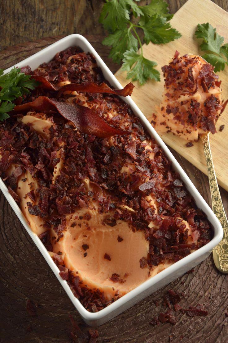 El puré de camote es una receta deliciosa, sencilla y perfecta para utilizarse como guarnición de cualquier plato fuerte. Es un delicioso puré de camote, tocino frito y nuez moscada, que no vas a creer lo rápido y sencillo que es cocinarlo.