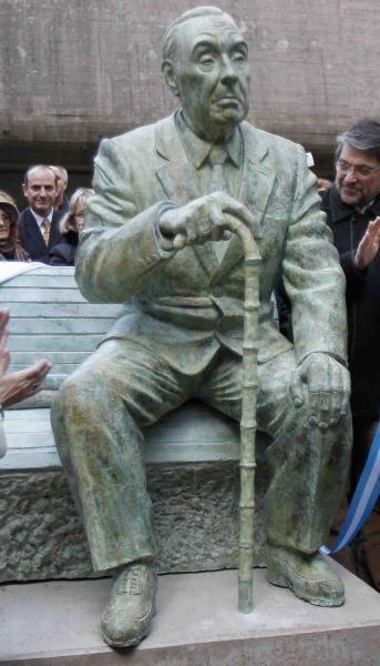 Estatua de Jorge Luis Borges. Frente a la Biblioteca Nacional en Buenos Aires…