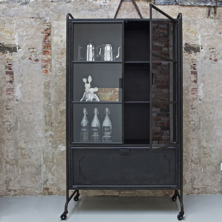 Trendhopper ● Stoere kast van zwart metaal met zowel een dicht gedeelte als een vitrine gedeelte voor je mooiste accessoires.