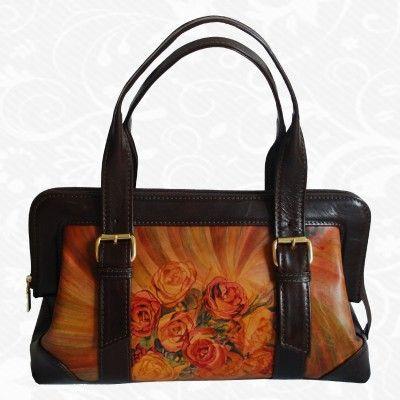 Motív: Flowers  Na ručne maľované kožené výrobky sa používa výlučné Talianska hovädzia a teľacia useň. Všetky výrobky sú výlučne ručne maľované liehovými farbami, ktoré vnikajú hlboko do kože, kde sa na kolagenových vláknach fixujú.  www.kozeny.sk