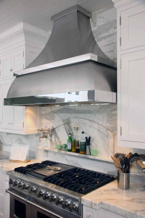 Spectacular hood; notice how the curve of the hood is repeated in the niche above the stove.