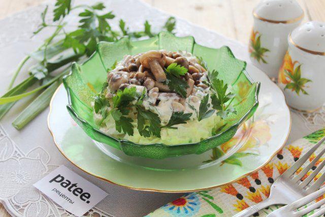 """Готовим вкусный и сытный салат """"Полянка"""" с опятами. Разновидностей и способов подачи этого салата немало. Сегодня предлагается классический вариант, когда слои размещают в салатнике сверху вниз - перевернув салатник вверх дном получаем обратный порядок слоев. Для имитации полянки используем зелень, на которой """"растут"""" грибы, в данном случае опята. Их очень удобно использовать из-за размера, аппетитности и внешней привлекательности."""