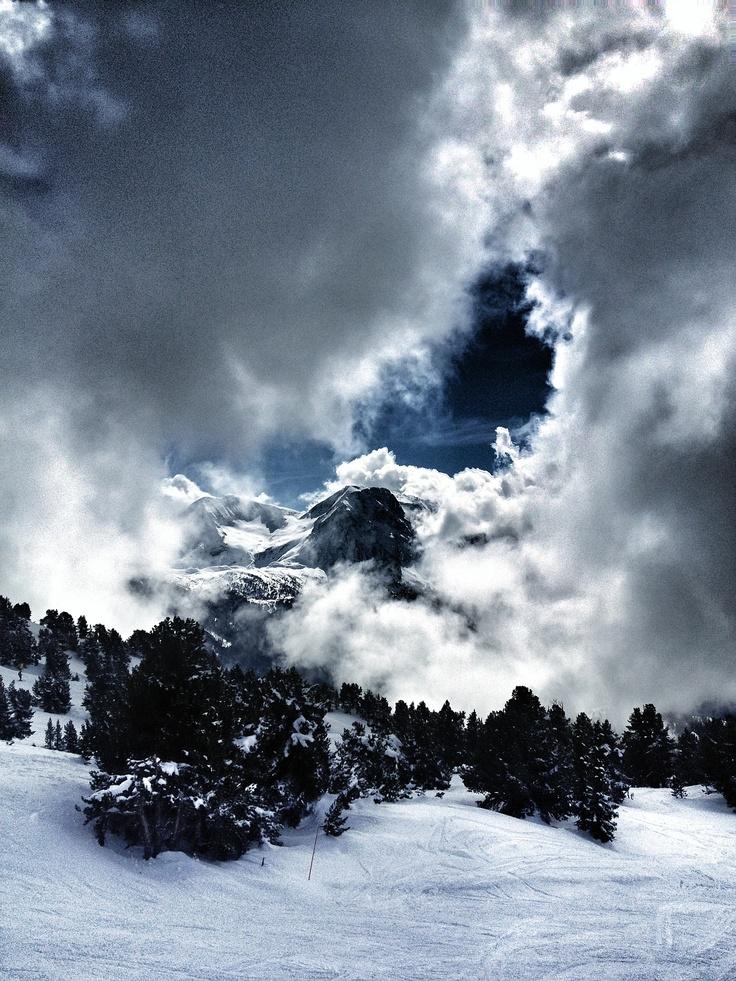 Massif de Belledonne à Chamrousse à travers les nuages. © Copyright Yves Philippe