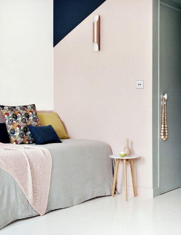 Une chambre rose et bleu marine intérieur poudré pastel