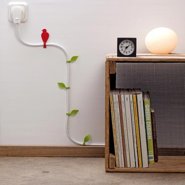 Adesivos na parede brincam com o fio de energia.