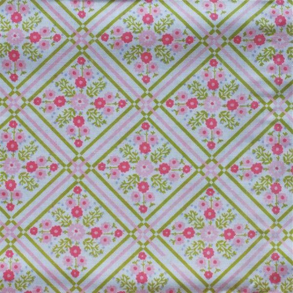 <p>Taie traversin vintage avec un imprimé de fleurs et de croisillons verts, bon état . Pour apporter une touche douce et vintage à votre chambre ou utiliser le tissu pour une autre création !</p>