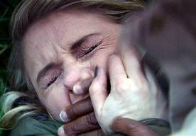 31-Oct-2013 11:13 - VERKRACHT MEISJE WERD LEVEND BEGRAVEN. Een Pakistaans meisje werd levend begraven nadat ze verkracht werd. De mannen die haar verkracht hadden dachten dat ze dood was, maar ze was slechts bewusteloos. Eenmaal onder de grond kwam ze bij kennis en heeft ze zich zelfstandig weten te bevrijden. De vader van het meisje meldde de mishandeling meteen bij de politie, maar er werd geen actie ondernomen. Toen een rechter later van het incident hoorde, heeft hij de politie...