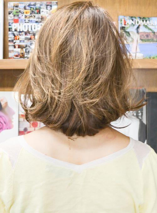 パールアッシュベージュカラーで透明感☆大人エレガントフェミニン上品ふんわりボリュームパーマボブ。ふんわり大きめ秋髪パーマで厚みはあるのに重くない重軽質感。ふんわりバルーンシルエットでひし形小顔輪郭引き締め効果。かきあげ前髪なしで上質な女性らしさを。大きめパーマで立体感たっぷり無造作毛束感&ゆるふわニュアンス。2014秋髪人気ランキングママさんミセス部門1位の大注目人気ヘア♪メリハリしっかりトップもふんわりボリュームで頭のかたちもスタイルも良く見える。丸顔やえらがはっている等のお悩みがある方でも顔周りの毛束でしっかりカバーし似合う髪型。さらりとしているのにツヤ感のあるしなやか上質髪質。ハリコシがない、毛がやせてきたお悩みもパーマで解決。耳かけスタイル。トップふんわりリフトアップ効果。くせが強い方はクセをいかせる嬉しい髪型